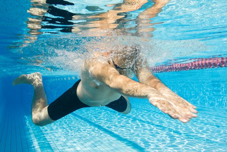 お尻の引き締め効果が期待できる「平泳ぎ」