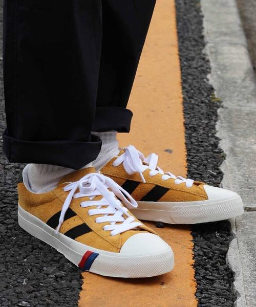 黒パンツ×黄のスニーカー