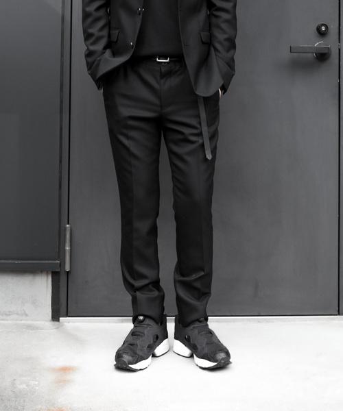 オフィシャルシーンに映える「黒パンツ×靴」の組み合わせ