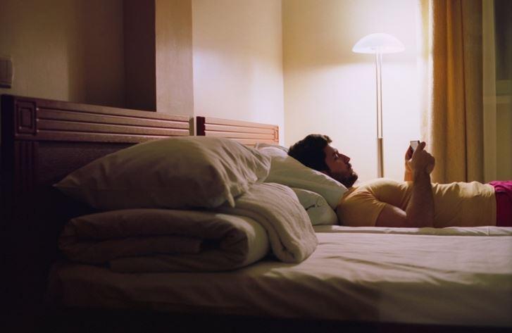 寝る前にパソコンやスマホを見ない