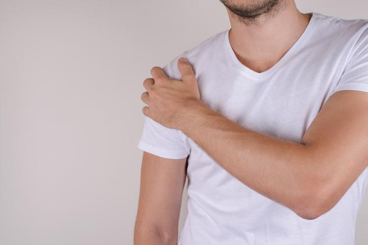 重い肩こりを一時的に開放してくれる「肩まわりストレッチ」のやり方