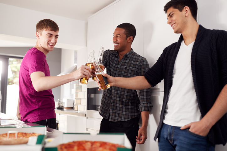 同棲がうまくいかない原因④|勝手に友人を招き入れる